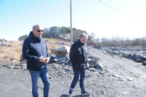 Nytt RIL stadion: Gunnar Kolnes (t.v.) og Frode S. Lindboe i RIL fotball har et ønske, om å bygge nytt stadion ved Harestadmyra for å kunne samle hele idrettslagets virksomhet og aktiviteter der. Bygdebladet møtte dem på den aktuelle tomten i april.
