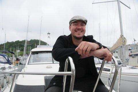 Sjøkapteinen: Torstein Skaaren Pedersen ombord i familiens båt, som ligger i Åmøy Havn på Vestre Åmøy.