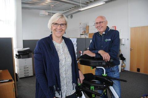 Utvikler sin egen arbeidsplass: Anne Gurine og Trygvald Thorsen jobber godt sammen hjemme og på jobb, her i lokalene i deres bedrifts lokaler ved Randabergsletta hvor de importerer, markedsfører og selger hjelpemidler for bevegelseshemmede.