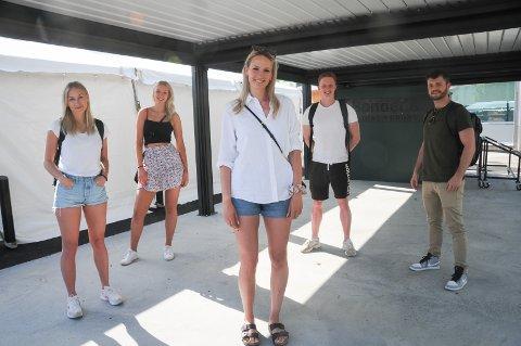Modell: Martine Gilje (t.v.), Emily Poole, Maria Poole, Ivar Andersland og Hans Birger Aase deltar aktivt på moteshowet i Randaberg sentrum onsdag kveld.