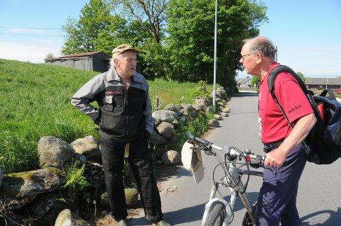 Trist: Svein Rygg (t.v.) og Knut Aanestad synes det er skuffende at det blir gjort hærverk mot steingarder, som er kulturminner, som skal tas godt vare på.