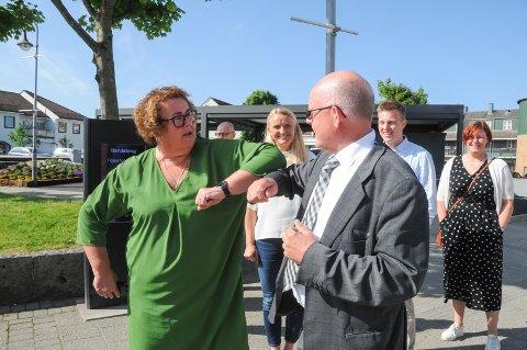 Koronahilsen: Lokallagsleder Kjell Nordbø ønsket KrF-nestleder Olaug Vervik Bollestad til den grønne landsbyen torsdag der tema var partiets nye løsning for eldreomsorgen - pårørendestøtte.