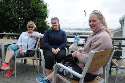 Familieferie: Ann Iren Heggedal (61) sammen med døtrene Birte og Anniken har gjestet Fjordbris Hotell i Østhusvik i en uke sammen med sine menn og barn. Her er Birte og Anniken nettopp tilbake fra tur til Preikestolen.