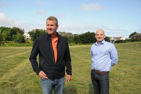 Boligbygging: På denne marka til grunneier Gaute Dahle (t.v.) skal det bygges totalt 27 nye boliger i ulik størrelse og pris. Bak står eiendomsmegler Morten Voll.