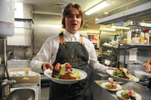 Serverer: Sondre Njå har sommerjobb ved Utstein Kloster Hotell før han 1. august flytter til Oslo for å jobbe og bo i kollektiv sammen med tidligere studiekamerater.