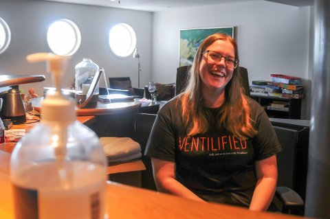 I frontlinja: Inger Johanne Vatnedahl har siden august 2020 jobbet blant annet som resepsjonist ved Viste Strandhotell.