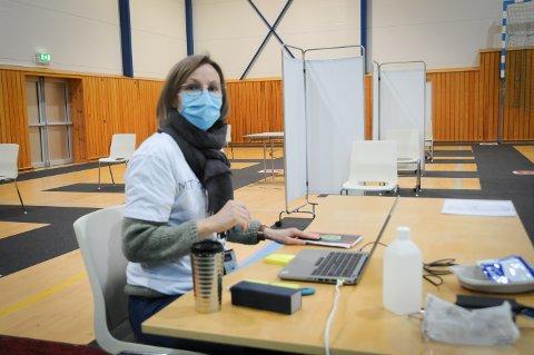 Mette Nevøy er helsesykepleier ved helsestasjonen i Randaberg kommune. Hun er blant dem som har registrert dem som skulle vaksinere seg i Randaberghallen.