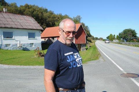 Skuffet: Rer Rollnes er ikke imponert av at busser som kjører på Rennesøy ikke stopper for folk som står utenom etablerte holdeplasser, som det er få av mellom Vikevåg og Østhusvik, som her på Rennaren.