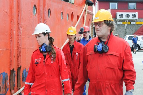 Bellona fikk satt fart på utviklingen av hva som skal skje med de to båtene som ligger i opplag ved den kommunale kaien på Bru. Her er Bellonas stifter Frederic Hauge og Runa A. Skarbø under aksjonen på Bru torsdag 5. august.