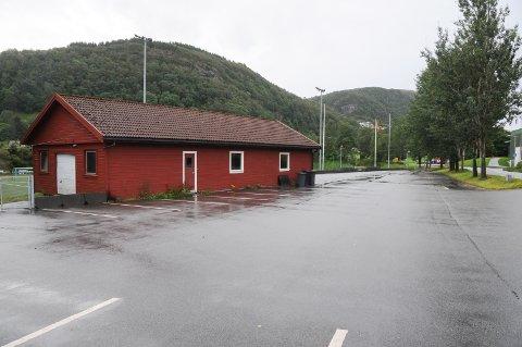 Rive og flytte: Idrettslaget har søkt om å rive dette klubbhuset og erstatte det med et nytt i to etasjer helt i andre enden av dette området ved kunstgressbanen.