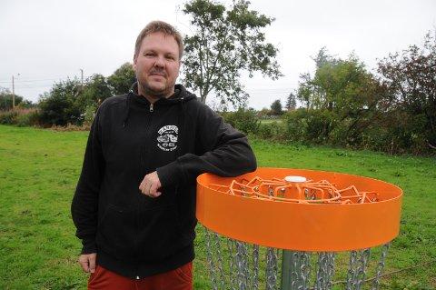 Spontan: Bjørn Vistvik laget sin egn private bane for frisbeegolf i utmarka på egen eiendom på Vistvik etter å ha sett video av sporten på youtube. Banen var klar i juni og nå utvider han den.