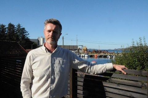 Lars Petter Tvedt har vokst opp på Grødem, og har nå bodd i Skiftesvik i to år, tett innpå industriområdet her. Han mener området bør kunne få utvikle seg, men reagerer på det han mener har vært en dårlig prosess med lite involvering.