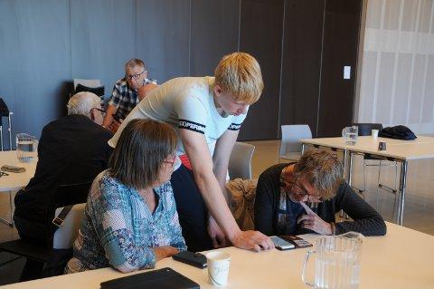 """Digihjelp: Elias Rønning Ørn er an av 10. klassingene ved Harestad skole som er med i valgfaget """"innsats for andre"""". Her hjelper han Åse Brit Vistnes (t.v.) og Grete Raustein."""