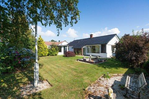 Hageby: I likhet med området som boligen ligger i er det en grønn plen utenfor huset.