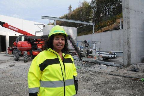 Gjenoppbygging: Grethe Henriksen er glad for at anlegget i Mekjarvik er på vei opp igjen etter storbrannen for ett år siden.