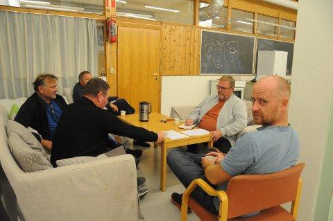Møte i grendahuset: Arnt Joar Arnøy (fra venstre), Terje Bergsagel, Arne Geir Steinsland (delvis skjult), Bjørn Axel Aunan og leder i velforeningen Terje Valen.