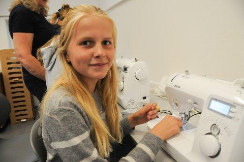 Sykurs: Elida Herrebrøden holder på tre i symaskinen.