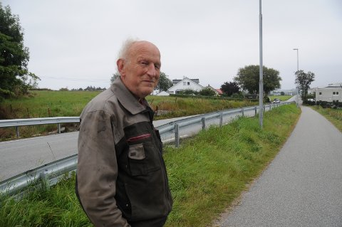 Aktiv bonde: Svein Rygg mener at denne grønne rabatten mellom fylkesveien og dagens Randabergveien bør være nok areal til å bruke for å lage ny sykkelvei.