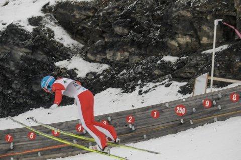 KJEMPESVEVET: Dimitry Vassiliev fant ut at han bare måtte lande snart, høyden var stor. Her passerer han 250 meter.