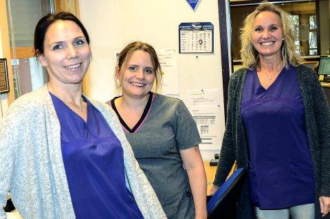 BEST: Lill Renate Arnesen (f.v.), Gabriela Pawlucki og Nina Dihle ved Geithus Helsesenter, er stolte over å ha blitt testet til å være det beste legekontoret i Midtfylket på informasjon, service og digital tilgjengelighet.