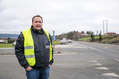 SENK FARTEN: Trafikklærer Dag Kristian Moen oppfordrer bilister til å løfte blikket og senke farten tidlig for å få oversikt, før de svinger ut på riksvei 35 fra Vikersund Syd-krysset.