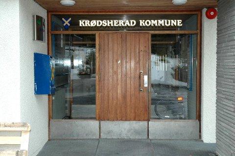 SOM I DAG: Døra på kommunehuset i Krødsherad skal ha samme åpningstid som i dag, også i tiden framover.