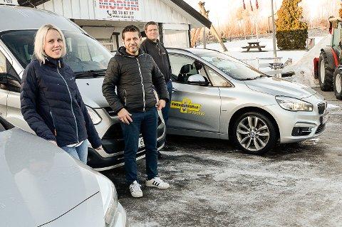 KLARE FOR JULEOPPDRAG: Karina Mikalsen (f.v.), Muslum Koc og  Leif Rune Jasper hos Viken Taxi, er klare for noen hektiske dager bak rattet i hele jula.