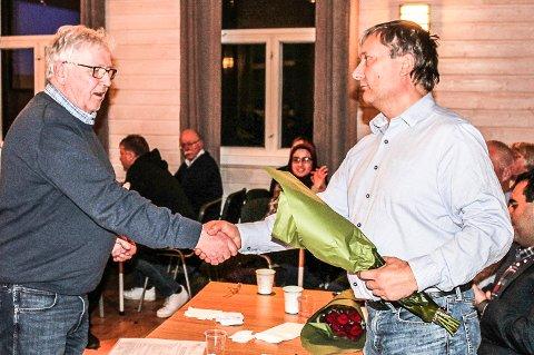 NY OG AVTROPPENDE LEDER: Terje Enger Gulbrandsen (til venstre) overrekker blomster til avtroppende leder, Tor Østby, i Modum Arbeiderparti.