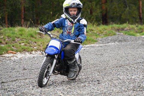 FULL FART: Max Mjøseng Ramberg fikk prøve motocross for første gang under åpen dag på Sigdal motorsenter, og ble bitt av basillen.
