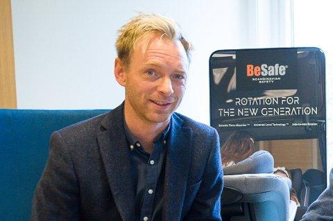 SKAL VIRKE: Kristian Torgersen ved HTS på Krøderen er fornøyd med å toppe testen av barnebilstoler, men er mer opptatt av at produktet virker dersom uhellet er ute.