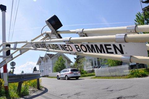 BRØT OPP BOMMEN: I 2012 «kilte» en bil seg fast mellom bommene på jernbaneovergangen i Vikersund.