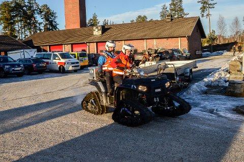 LETER FOR FULLT: Mannskaper fra Røde Kors hjelpekorps jobber fortsatt på spreng med å finne 13-åringen som er savnet fra sitt hjem i Vikersund.