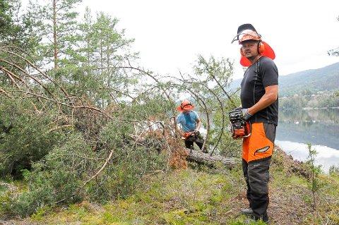 BRANNMANN: Snorre Sønju (t.h.), her avbildet sammen med Terje Juliussen, har søkt jobb som brannmann på heltid i Drammensregionens brannvesen.