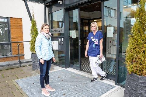 FORBEREDER TESTING: Kommuneoverlege Beate Smetbak (t.v.) overleverte testutstyr til sykepleier Line Andfossen på Modumheimen søndag formiddag. I første rekke skal alle ansatte på avdeling B4 smittetestes.