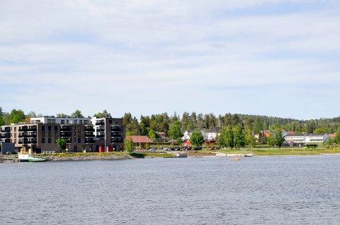 Naboene i Fjordbyen Atrium (t.v. i bildet) mener at utbyggerne av Fjordbyen Brygge – som vil komme til høyre i bildet – bør fjerne en etasje fra planene.
