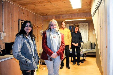 FIKK PENGER: Nicole Martin (foran), Tuva Pedersen, Vemund Skatvedt og Anne Skaalien står i Ungdomsrommet.  Det er lite og trangt, men med penger fra Gjensidigestiftelsen blir det nå både større plass og mer utstyr.