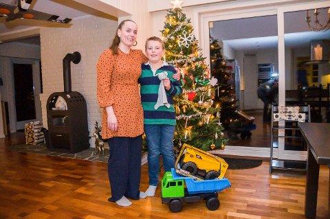 GIR BORT: Linda  og Mika Leander Holm gir bort leker til familier som sliter med økonomien før jul.