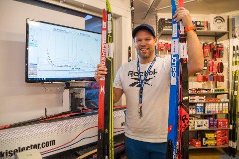 MODERNE UTSTYR: Nils Einar Hervig hos Intersport Vikersund har topp moderne utstyr for å teste skispenn. – Her er det mulig å finne en perfekt ski for alle, sier han.