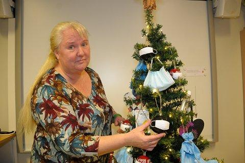 KORONATRE: Beate Lindseth pyntet et spesielt juletre for å glede kollegene sine på Søndre Modum ungdomsskole.