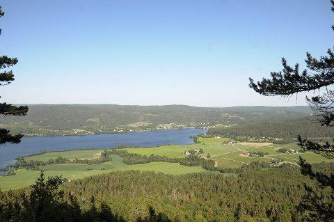 UTSIKT: Fra Fyrandflaget på Krøderen kan du se ut over blant annet Glesne og Krøderen.
