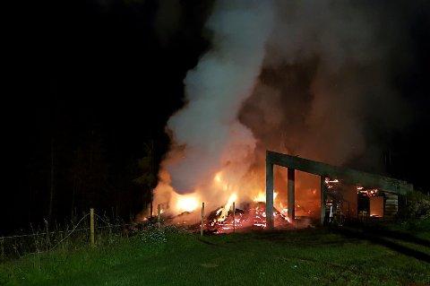 BRANT NED: En låve i Krødsherad har brent ned i løpet av natten. Brannvesenet er fortsatt på stedet lørdag formiddag.