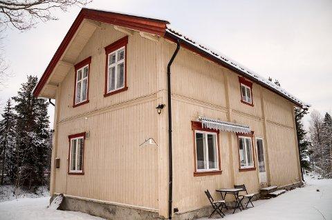 SKOLE: Huset ved Korsbøen på Snarum er tidligere omgangsskole og valglokale. Nå håper eierne at noen ønsker å legge kjærlighet, arbeid og penger i stedet.