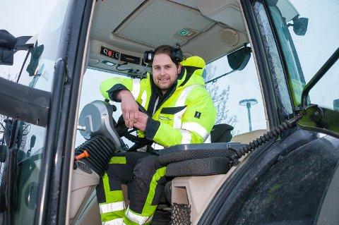 MYE JOBB: Selv om snøen er lett, er det mye jobb å rydde alle kommunale gater og parkeringsplasser i Vikersund for Lars Saastad Stensby og hans kolleger hos Stensby Entreprenør AS.