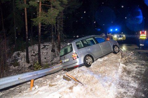 STOPP: Uten veigrep ble det ikke stopp før bilen sto godt plantet i autovernet i Geithus sør-avkjøringa på Riksvei 350 i morgentimene fredag.