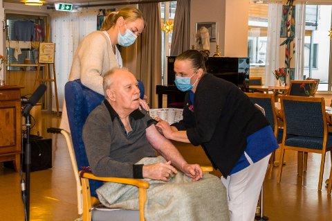 VAKSINERING: 6. januar fikk Villy Aasmundrud (73) den første vaksinedosen i Modum. Nå har de kommet et skritt videre og det er hjemmeboende født fra 1938-1942 som står for tur.