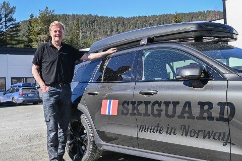 KRAFTIG VEKST: Dagfinn Holm på Thor Holm Plastvarefabrikk på Nerstad i Sigdal opplever et lite bedriftseventyr. Fabrikken har 43 prosent flere bestillinger på skibokser i år enn på samme tid i fjor.