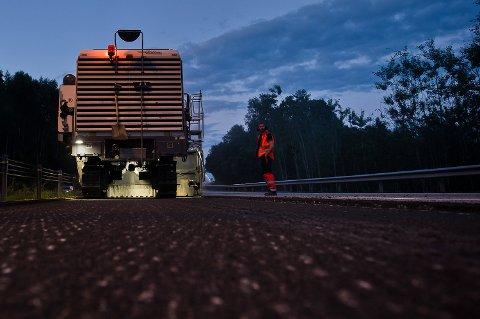 ASFALTFRESING: Asfalten på Riksvei 350 mellom Knivedalen og Vikersund blir frest i flere partier før det kommer nytt topplag. Dette bildet er ikke fra arbeidet på riksveien.