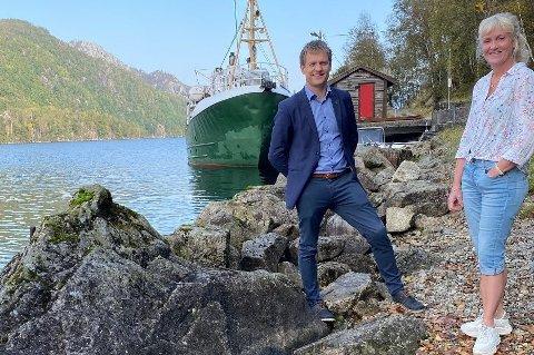 ETTERLENGTA TILTAK: Mange har venta i årevis på betre forhold for båtutsetjing ved Ørsdalsvatnet. Ordførar Kjetil Slettebø og landbrukssjef Gerd Siqveland Engelsgjerd forsikrar nå at ein støypt rampe skal vera på plass ved Odlandstø til våren.