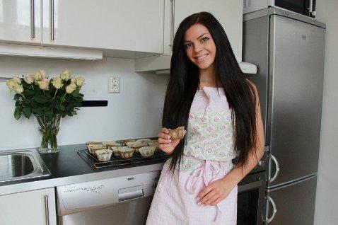 Matlaging er et gjennomgangstema på bloggen til Stina Bakken. Her er hun i full gang med baking, og gir gode tips til de som leser bloggen.