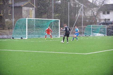 BAKLENGS: Hermann Rhodén og Viktor Hellum må se nok en ball gå i mål i 5-0-tapet mot Kjelsås.
